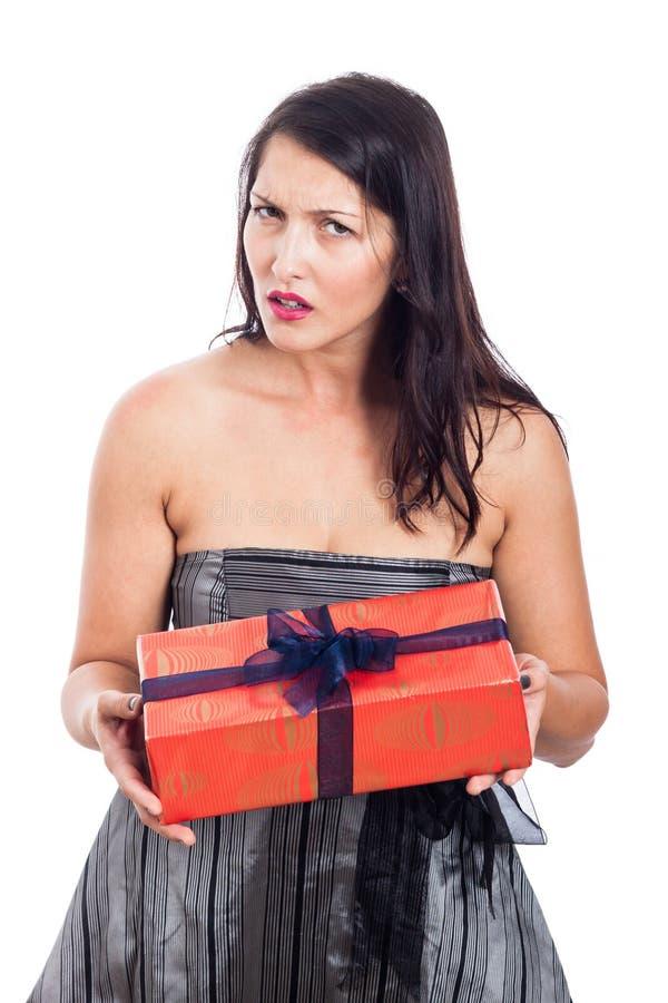 Enttäuschte Frau mit Geschenk lizenzfreie stockfotografie