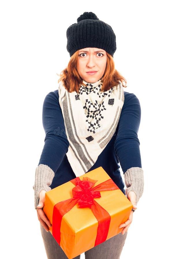 Enttäuschte Frau mit Geschenkbox lizenzfreies stockfoto