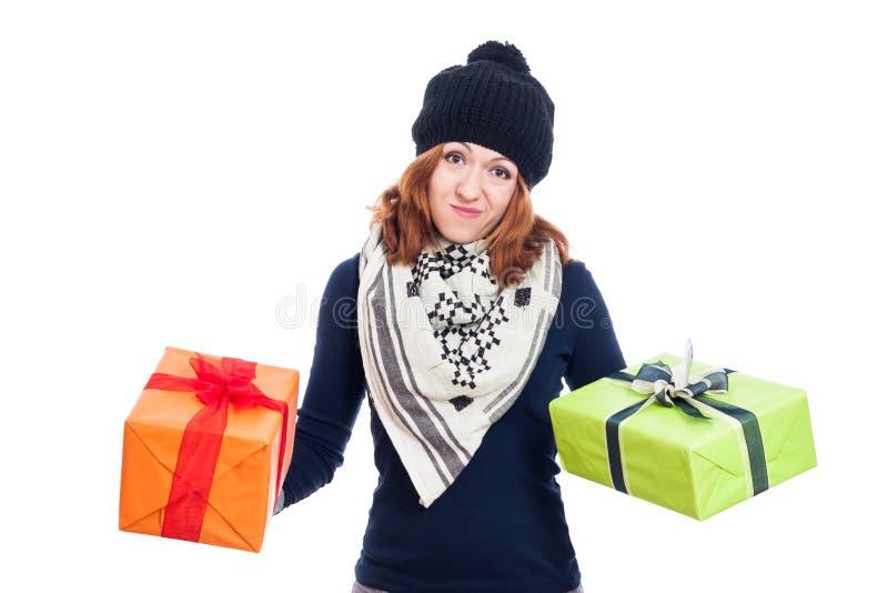 Enttäuschte Frau mit Geschenken stockfotos