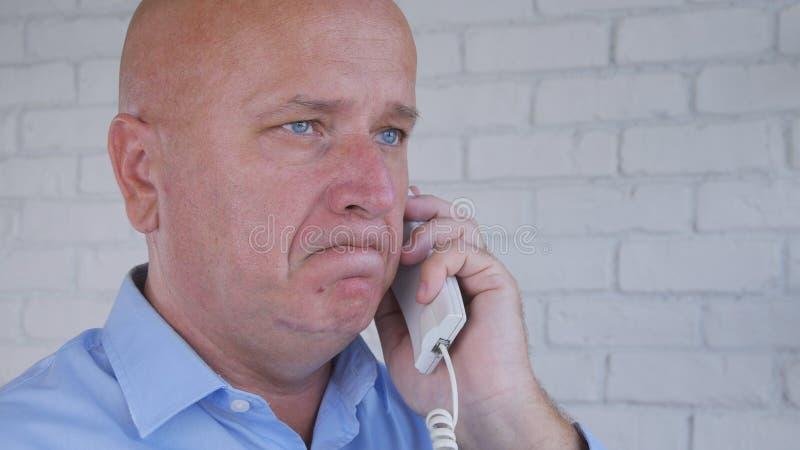 Enttäuschtes Geschäftsmann-Talking Business Using-Büro-Telefon stockfotografie