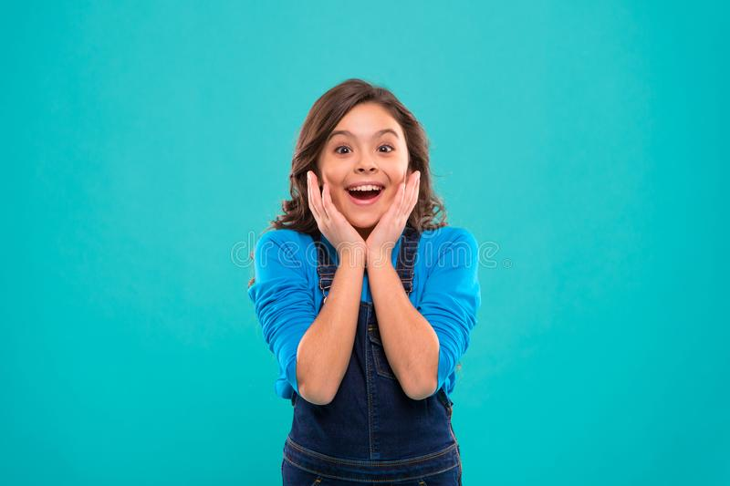 Entusiasmo sincero Pelo brillante sano largo de la muchacha del niño llevar la ropa casual Cara feliz emocionada de la niña Lindo fotografía de archivo