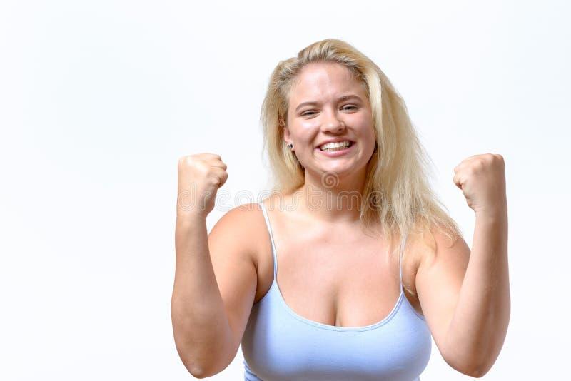 Entusiastisk jublande ung kvinna royaltyfria bilder