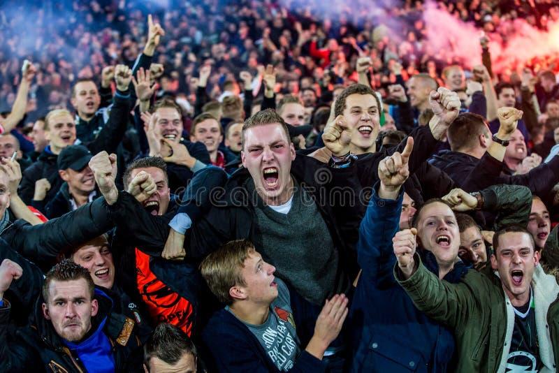 Entusiastiska fans festar segern av deras fotbollklubba arkivfoto