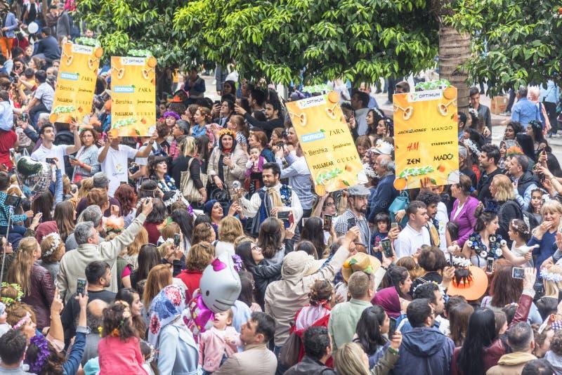 Entuzjastycznego tłumu dopatrywania okwitnięcia festiwalu Pomarańczowa parada w ZiyapaÅŸa bulwarze w Adana prowincji Turcja - 6 2 zdjęcia royalty free