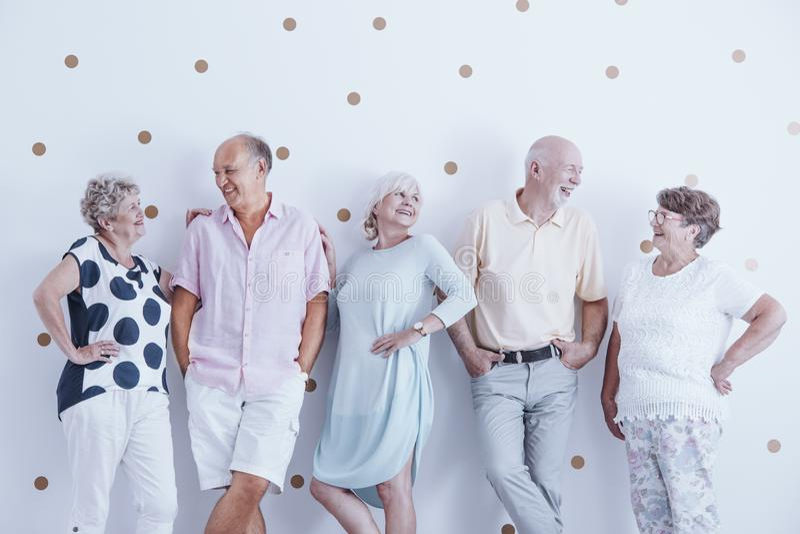 Entuzjastyczni uśmiechnięci starsi ludzi zdjęcia royalty free