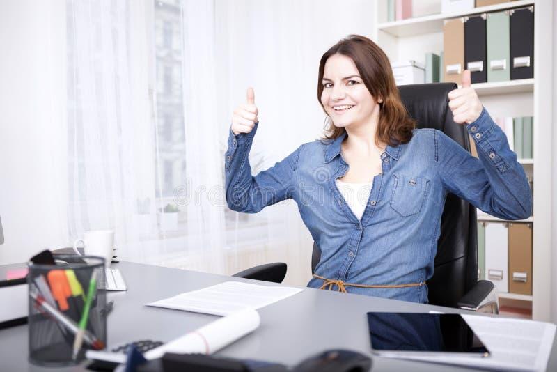 Entuzjastyczny bizneswomanu dawać aprobaty fotografia stock