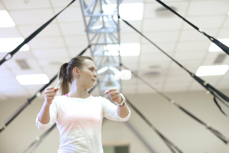 Entuzjastyczny sprawność fizyczna trener na tle opór skrzyknie fotografia royalty free