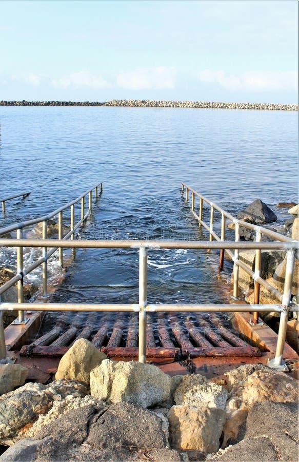 Entwässerung am Ozeanufer an der Ozeanseite Portifino Kalifornien in Redondo Beach, Kalifornien, Vereinigte Staaten stockfotografie