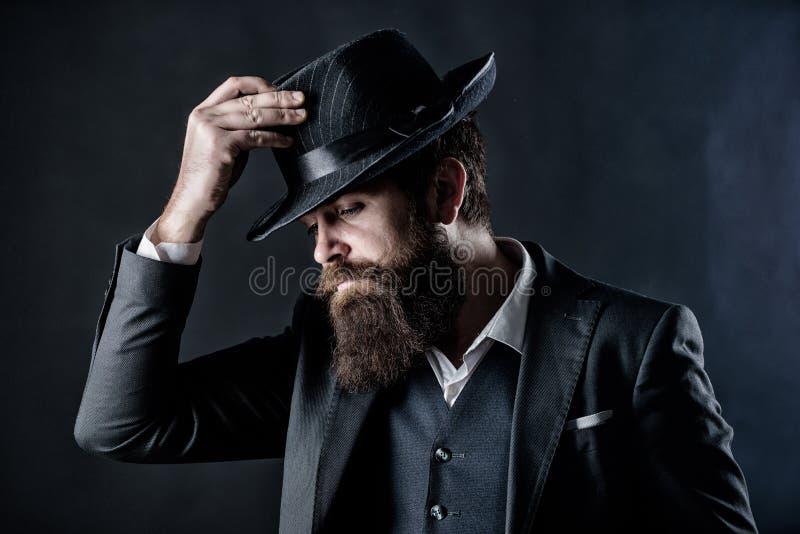Entwerfen der neuen Kleidung B?rtiger Mannherr Detektiv im Hut Reifer Hippie mit Bart Geheim werfen Sie M?nnliches formales lizenzfreies stockfoto