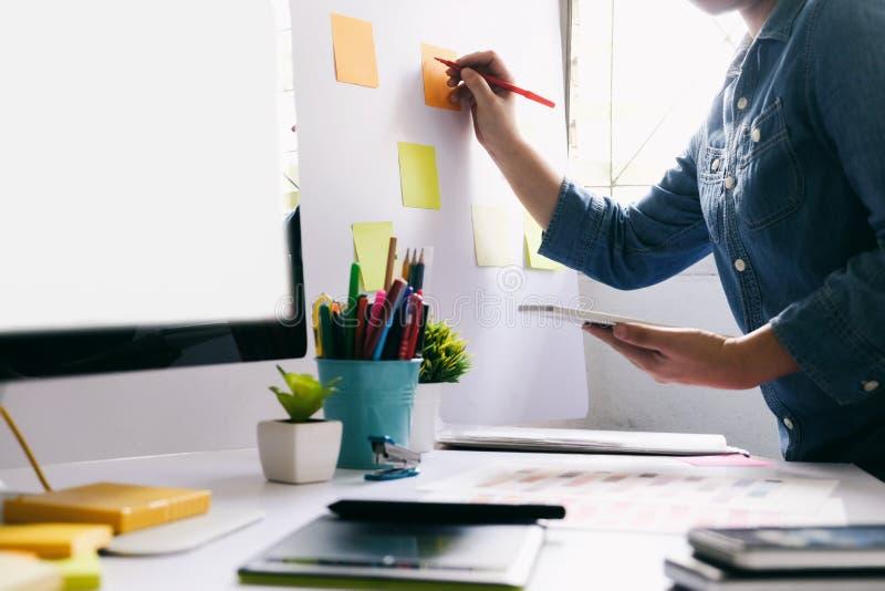 Entwerfen des entgegenkommenden Designs lizenzfreie stockfotografie