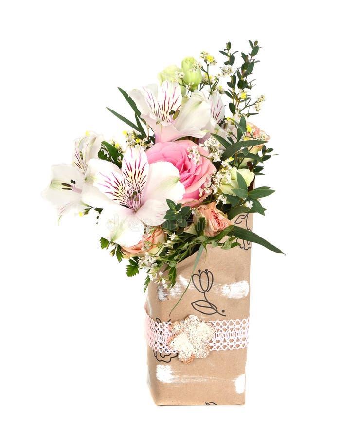 Entwerfen Sie Blumenstrauß von rosa und des Weiß blühenden Blumen stockfotografie