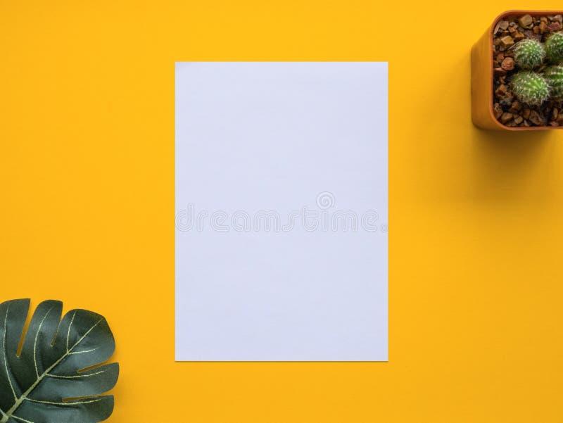 Entwerfen Sie Ebenenlagebild des Arbeitsplatzschreibtisches mit Büroartikel an stockfotografie