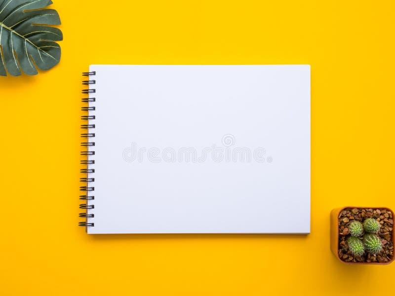 Entwerfen Sie Ebenenlagebild des Arbeitsplatzschreibtisches mit Büroartikel an lizenzfreies stockbild