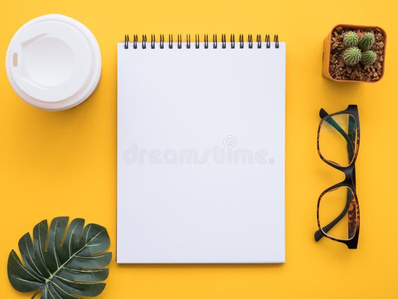 Entwerfen Sie Ebenenlagebild des Arbeitsplatzschreibtisches mit Büroartikel an stockfoto
