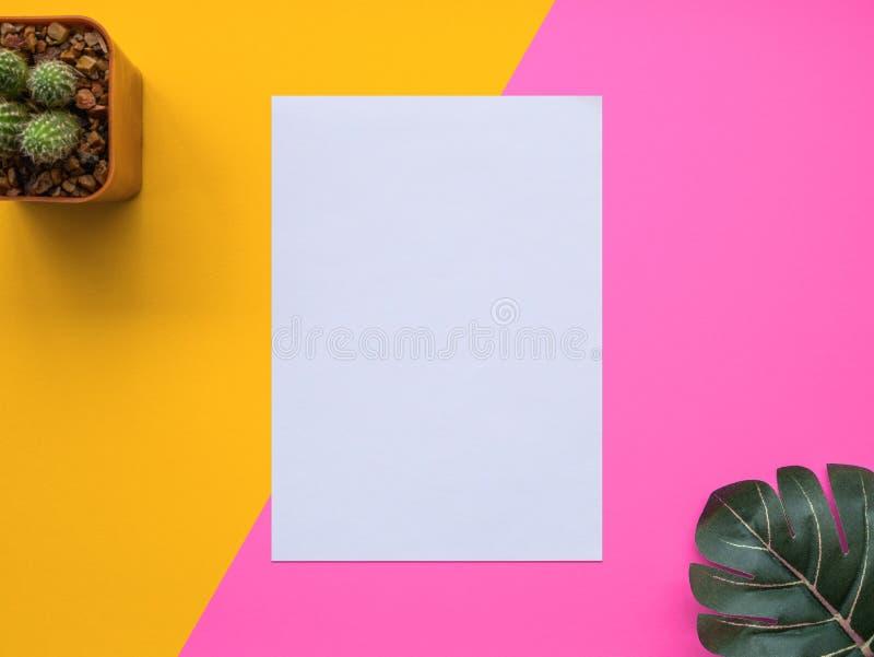 Entwerfen Sie Ebenenlagebild des Arbeitsplatzschreibtisches mit Büroartikel an stockfotos
