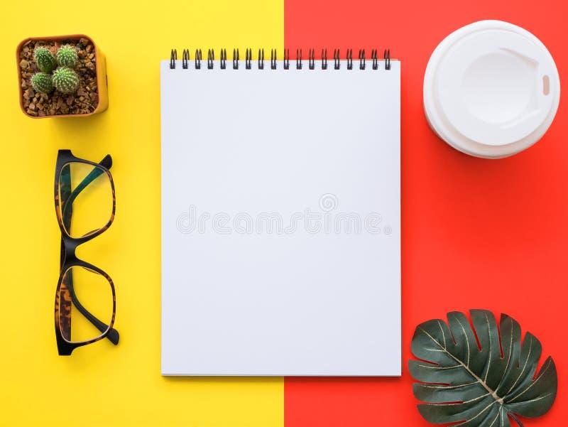 Entwerfen Sie Ebenenlagebild des Arbeitsplatzschreibtisches mit Büroartikel an lizenzfreie stockbilder