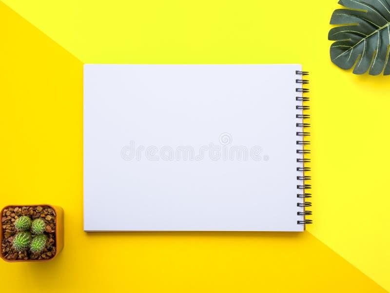 Entwerfen Sie Ebenenlagebild des Arbeitsplatzschreibtisches mit Büroartikel auf gelbem Hintergrund stockbilder