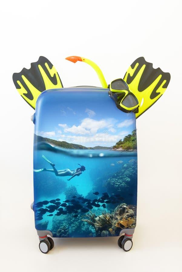 Entwerfen Sie Gepäckkoffer mit dem Schnorcheln in tropischem Wasser insi stockbild