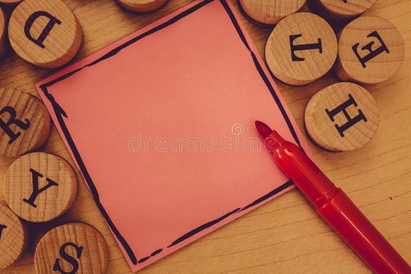 Entwerfen Sie Kopien-Raumtext des Gesch?fts leeren f?r Notizblock-Blatt-Markierungs-Stift Anzeigenwebsitef?rderung Fahnenschablon lizenzfreie stockfotografie