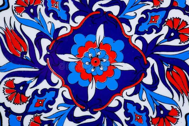 Entwerfen Sie mit Blumen auf keramischem Topf in einer Art von türkischen historischen Fliesen Kopierte Beschaffenheit des Mittle stockbild