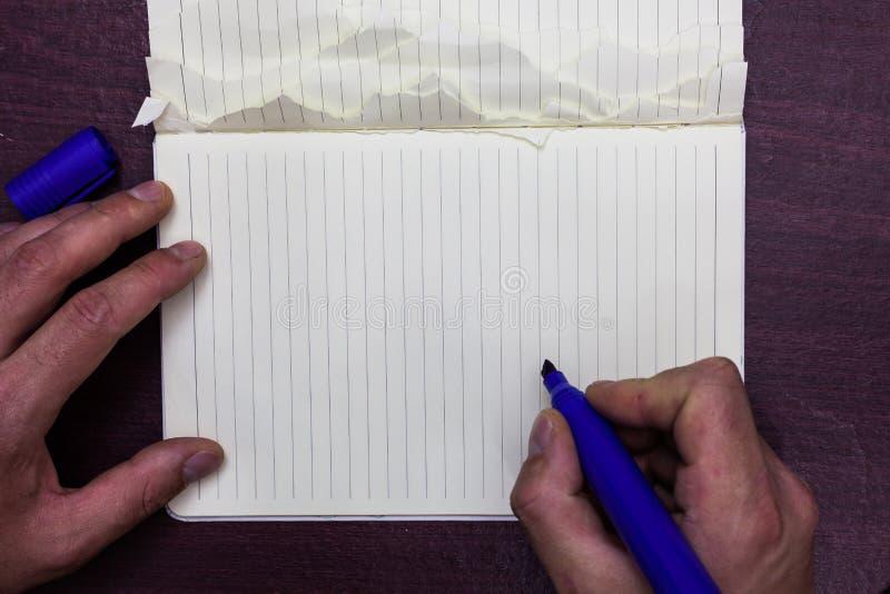 Entwerfen Sie Planschablone der leeren Schablone des Gesch?fts unbedeutende grafische f?r Werbung Mann, der Markierungsnotizbuch  stockfotos