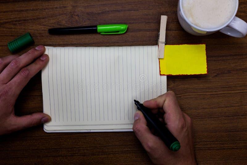 Entwerfen Sie Schablonenkopien-Raumtext des Gesch?ftskonzeptes leeren f?r Anzeigenwebsite Mann, der Markierungsnotizbuchw?schekla lizenzfreie stockbilder