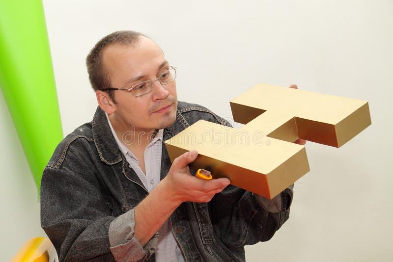Entwerfer produziert dreidimensionales Zeichen. lizenzfreies stockfoto