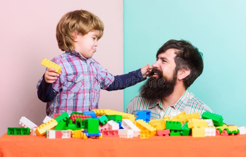 Entwicklung des Kindes r Gl?ckliche Familie Sommer dreems wenig Junge mit dem bärtigen Mannvatispielen lizenzfreie stockfotos