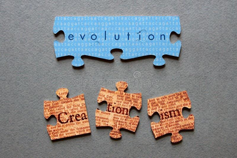 Entwicklungs-zusammengebrachte und Kreationismus schlecht zusammengestellte Laubsäge stockfotografie