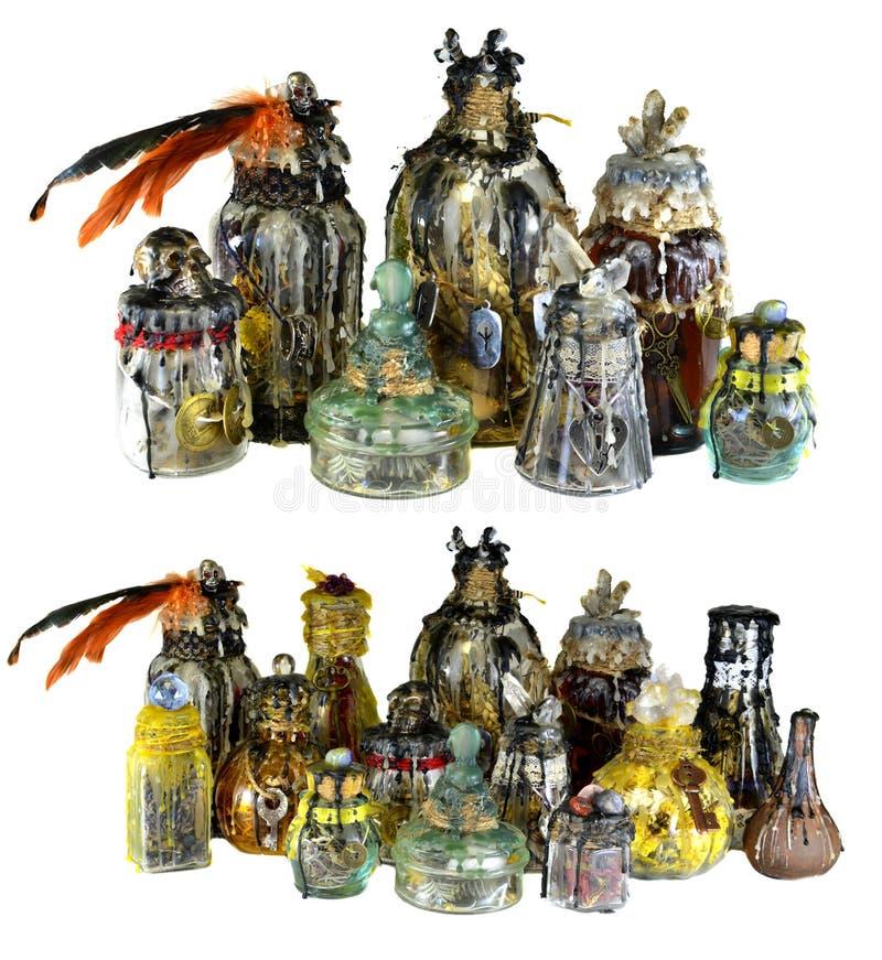 Entwurf eingestellt mit den magischen Hexenflaschen verziert mit den Kristallen lokalisiert auf Weiß stockfoto