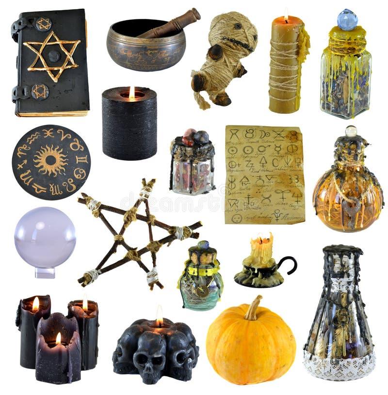 Entwurf eingestellt mit Pentagram, Kürbis, Hexenbuch, schwarze Kerze lokalisiert auf Weiß stockfotos