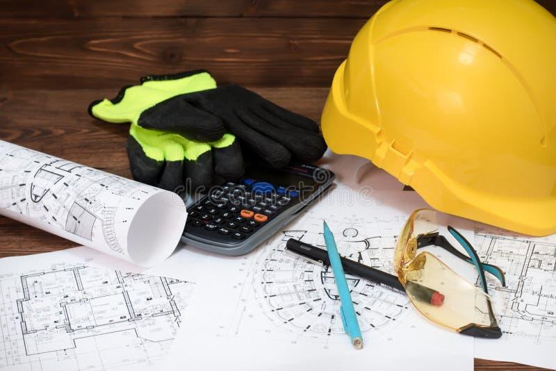 Entwurf, Plan, Schutzgläser, Sturzhelm, Handschuhe auf dem Tisch stockfotos