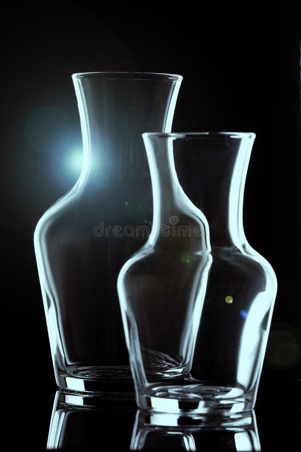 Entwurf von zwei Glasvasen auf einem schwarzen Hintergrund, vertikaler Plan aufflackern stockbild