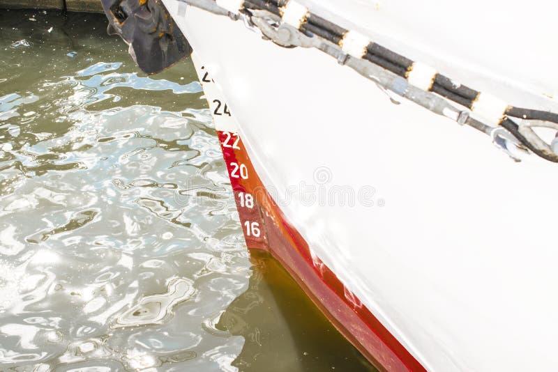 Entwurfskennzeichen auf einem Schiff ` s beugen, Wasserlinie stockbild