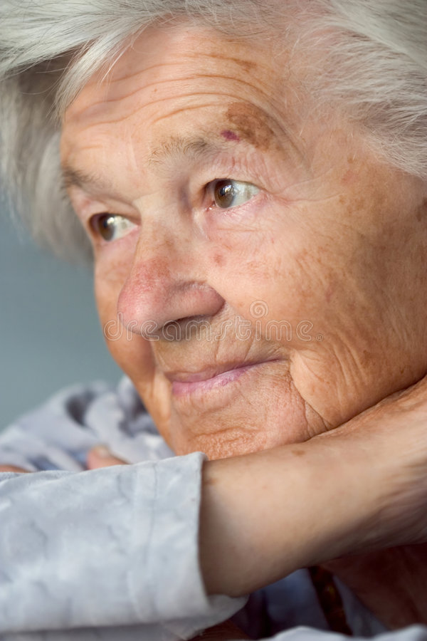 Entzückende ältere Frau lizenzfreie stockfotos