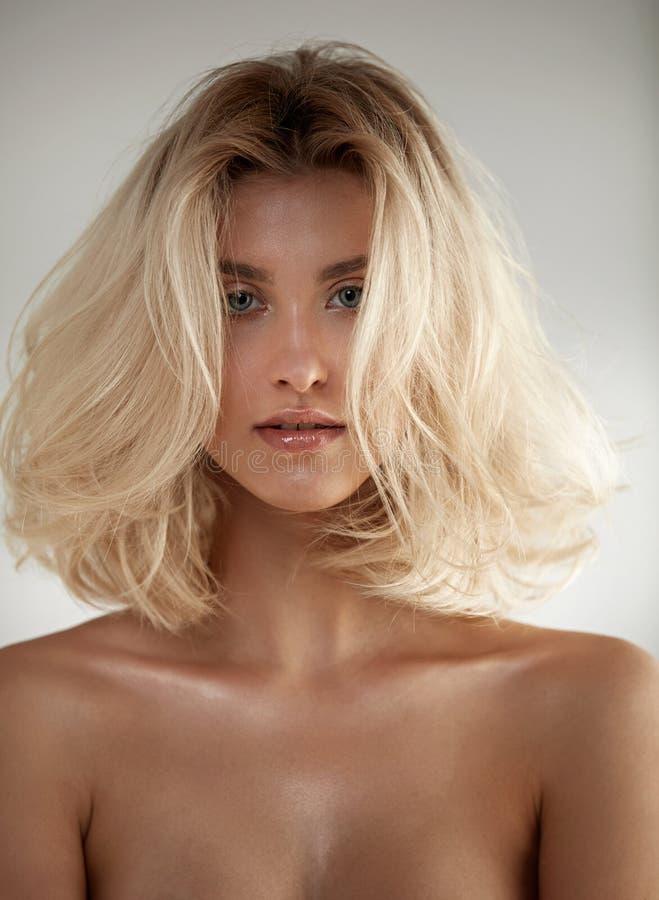 Entzückende blonde Frau mit gesundem, sauberem Teint stockbild
