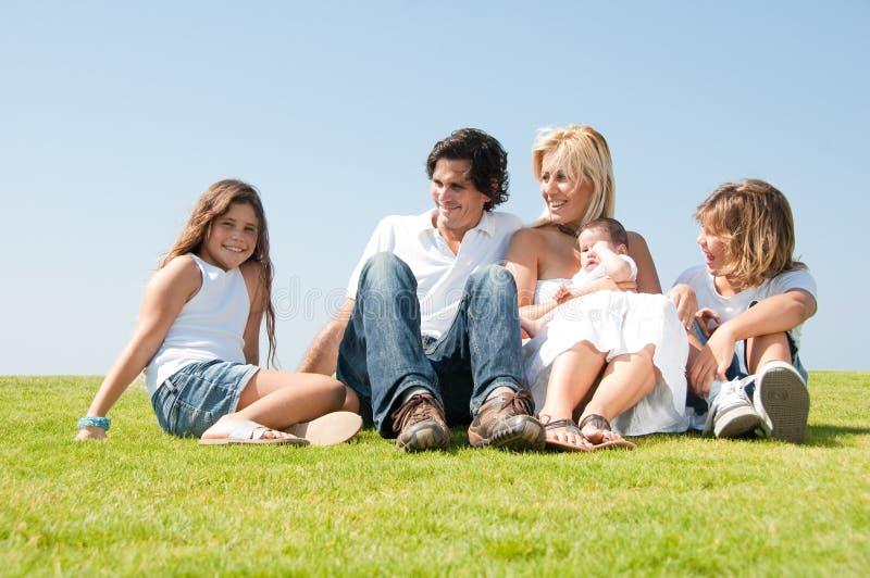 Entzückende entspannende Familie lizenzfreies stockbild