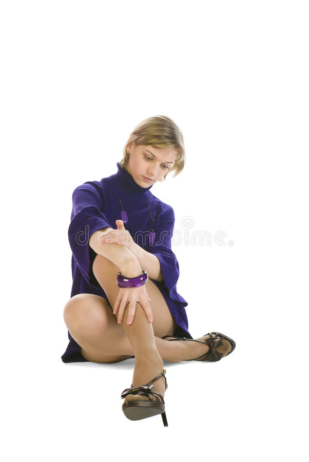 Entzückende Frau in einem purpurroten Kleid stockfotos