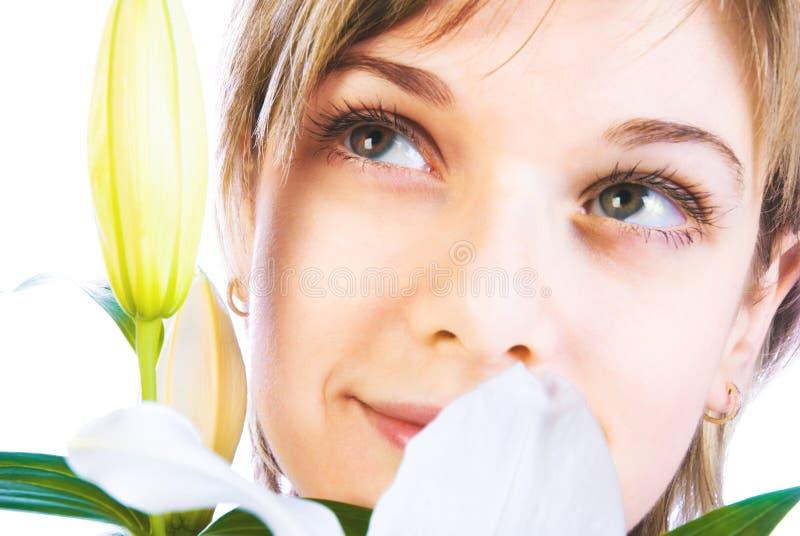 Entzückende Frau mit Blumen lizenzfreie stockfotos