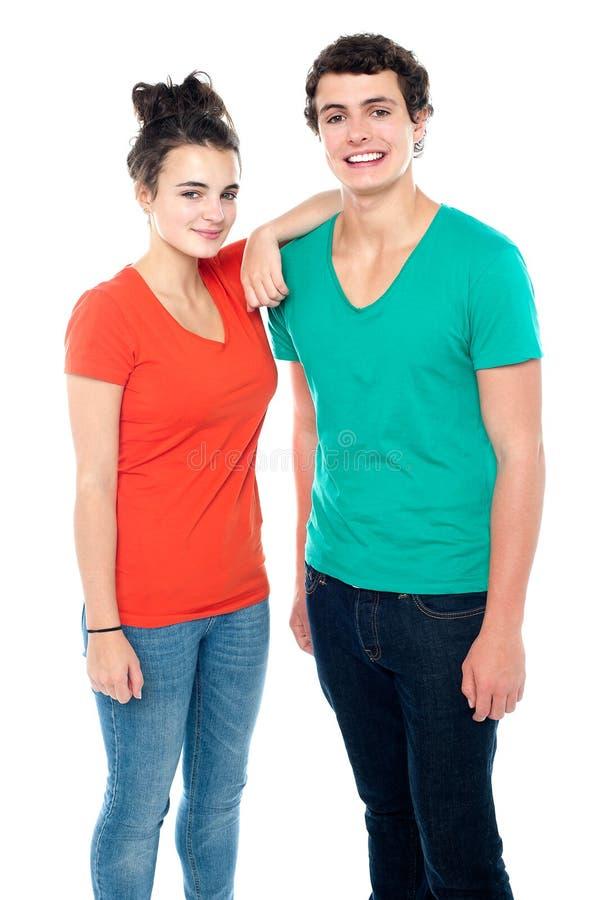 Entzückende Jugendpaare in den casuals stockfotos