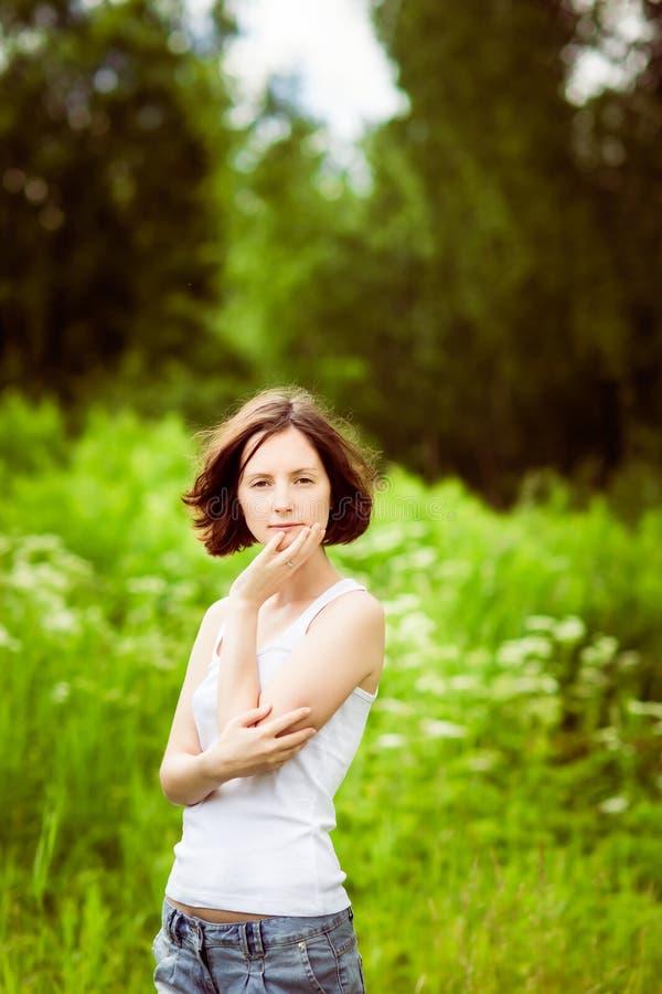 Entzückende junge Frau im Sommerwald, Feld stockfotografie