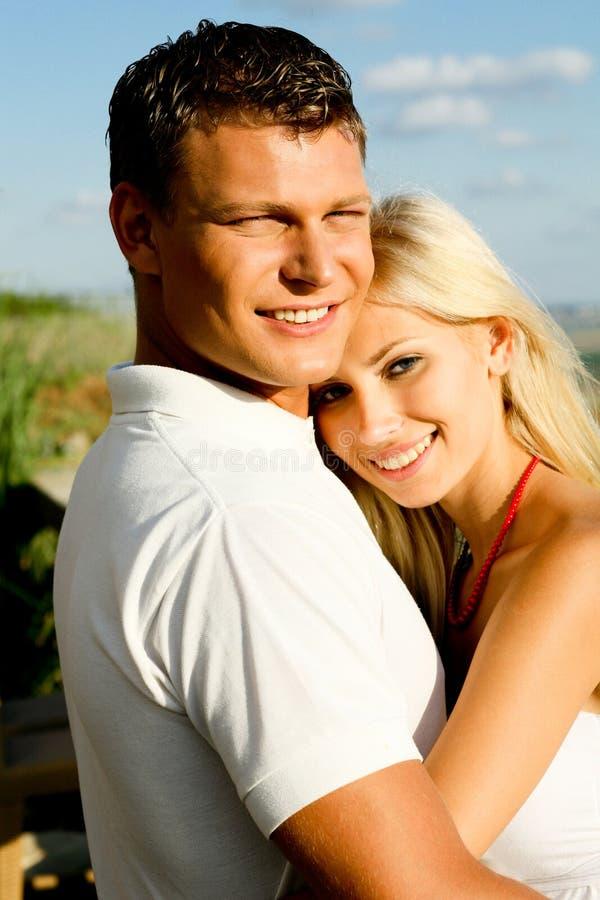 Entzückende junge Paare lizenzfreie stockfotos