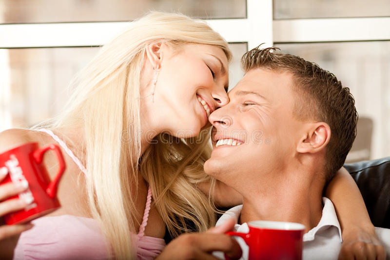 Entzückende junge Paare lizenzfreie stockfotografie