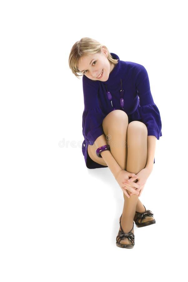 Entzückende junge reizvolle Frau, die auf dem Fußboden sitzt lizenzfreie stockfotos