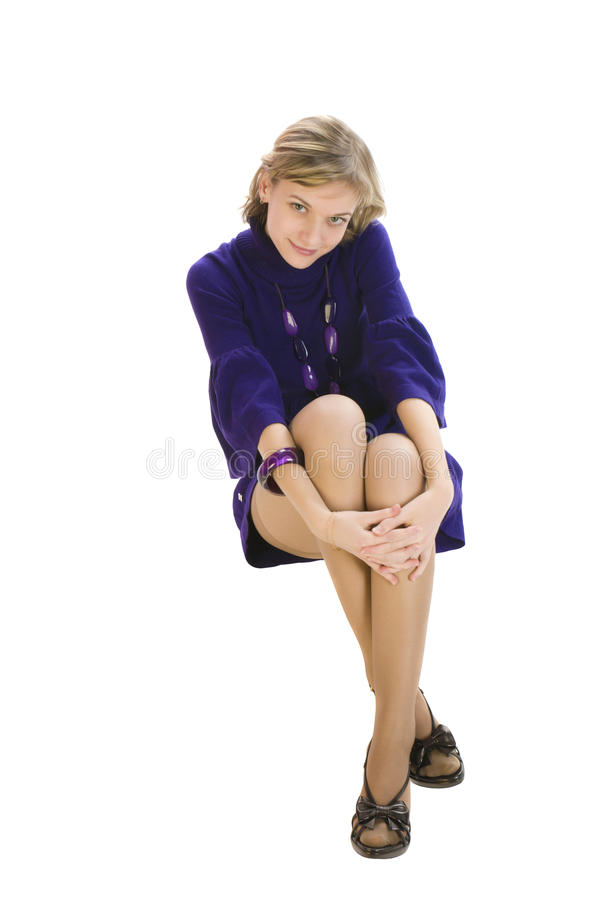 Entzückende junge und reizvolle Frau, die auf thw Fußboden sitzt stockfoto