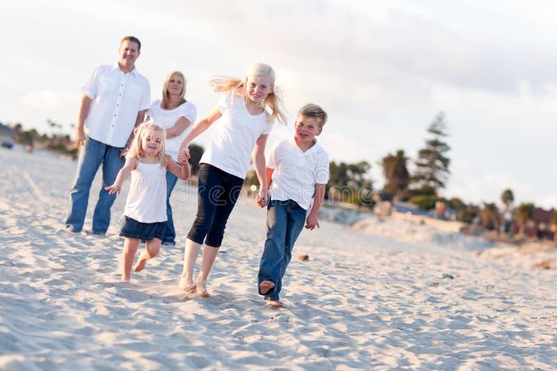Entzückende kaukasische Familie auf einem Weg lizenzfreies stockbild