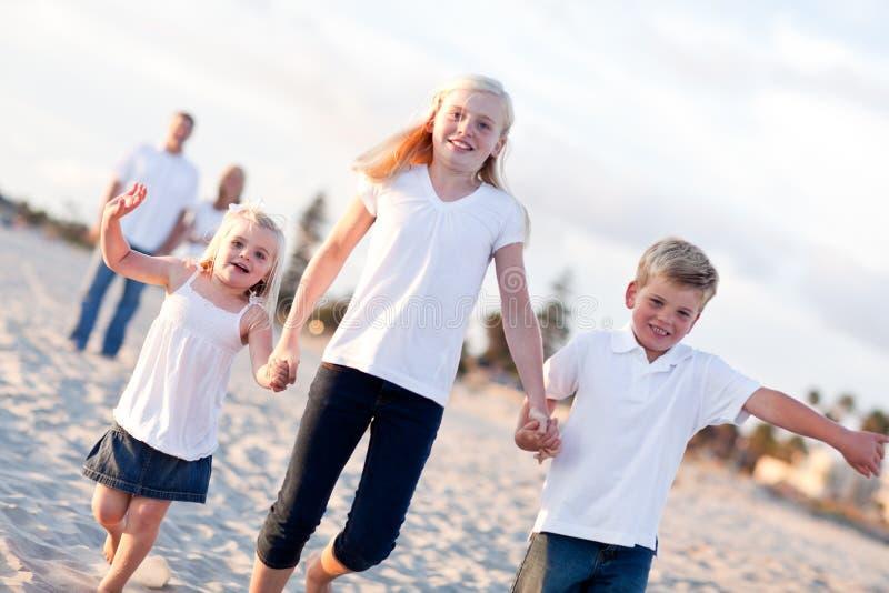 Entzückende kaukasische Familie auf einem Weg lizenzfreie stockfotos