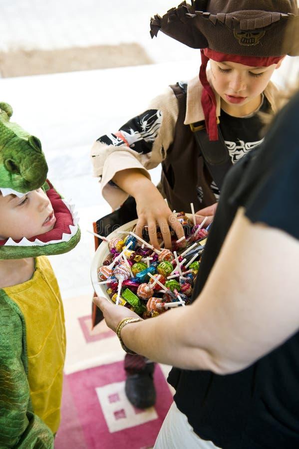 Entzückende Kinder, die Trick oder Festlichkeit spielen lizenzfreies stockbild