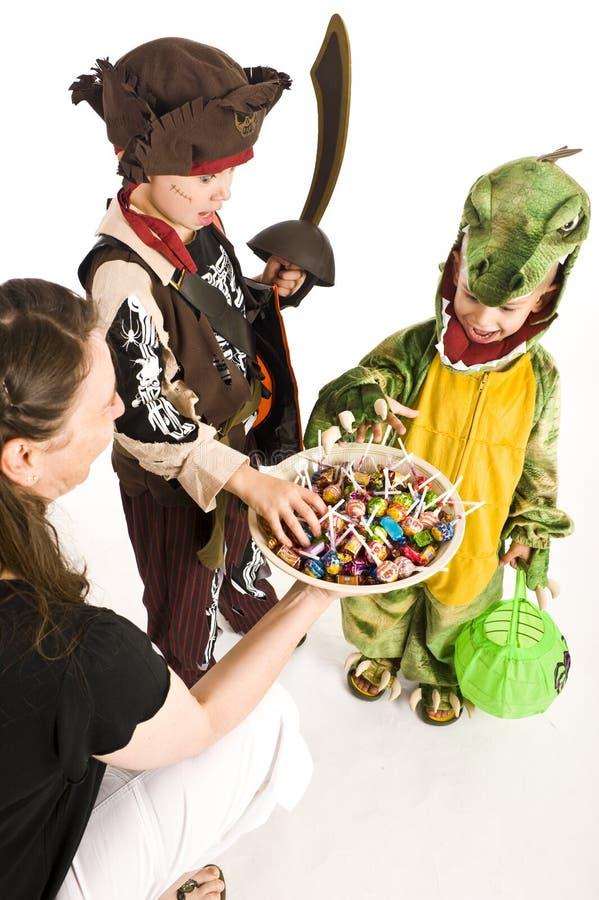 Entzückende Kinder, die Trick oder Festlichkeit spielen stockbilder