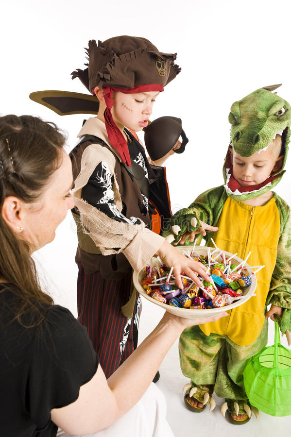 Entzückende Kinder, die Trick oder Festlichkeit spielen lizenzfreies stockfoto